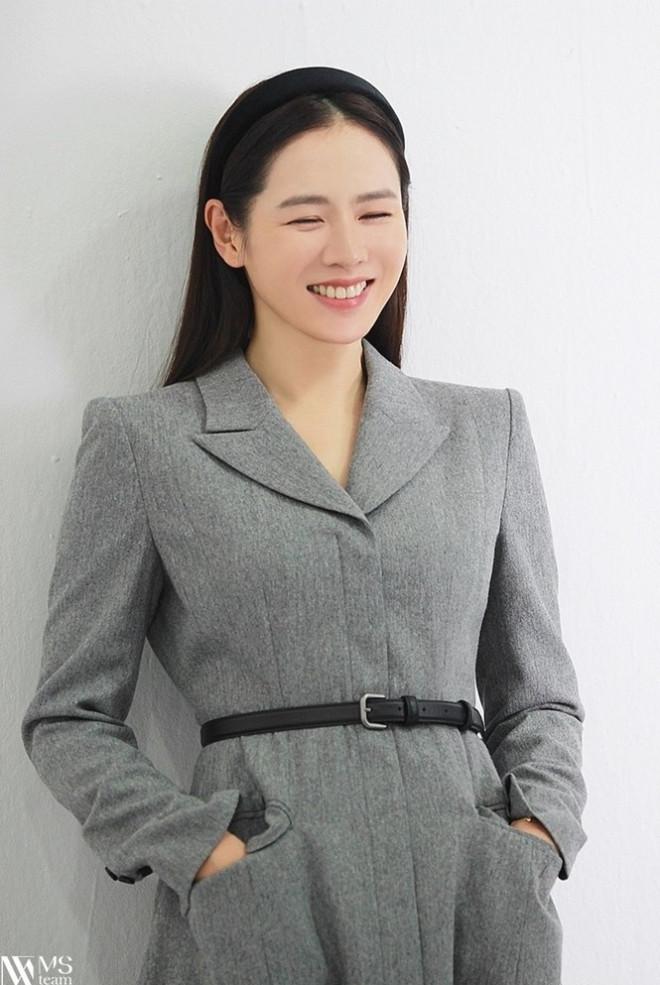 """Học ngay """"chị đẹp"""" Son Ye Jin cách dùng phụ kiện cho tóc xinh đẹp ấn tượng trong mùa Đông - 2"""