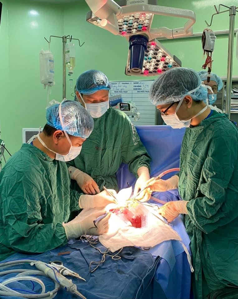 Bé 14 ngày tuổi bụng chướng, bác sĩ phát hiện khối u lớn trong gan - hình ảnh 1