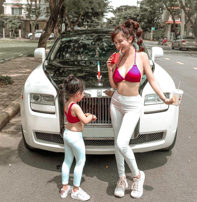 """Vợ tỷ phú ngành nhựa Sài thành mặc áo bơi, quần tập ra đường """"không hề giả trân"""" - hình ảnh 2"""