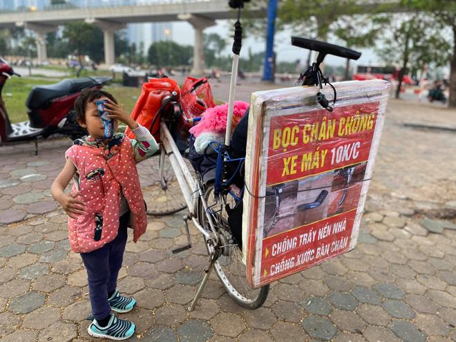 Hạnh phúc nhân đôi đến với ông bố ôm con đi bán bọc chân chống xe máy - hình ảnh 3