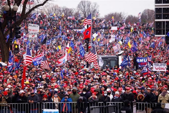 Loạt ảnh người biểu tình xông vào quốc hội Mỹ - 1