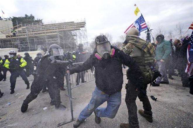 Loạt ảnh người biểu tình xông vào quốc hội Mỹ - 3