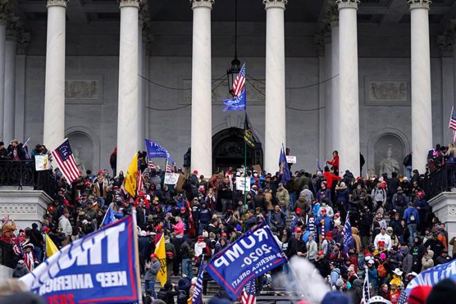 Loạt ảnh người biểu tình xông vào quốc hội Mỹ - 13