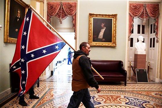 Loạt ảnh người biểu tình xông vào quốc hội Mỹ - 9
