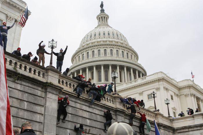 Vì sao người biểu tình quá khích dễ dàng tràn vào tòa nhà Quốc hội Mỹ?