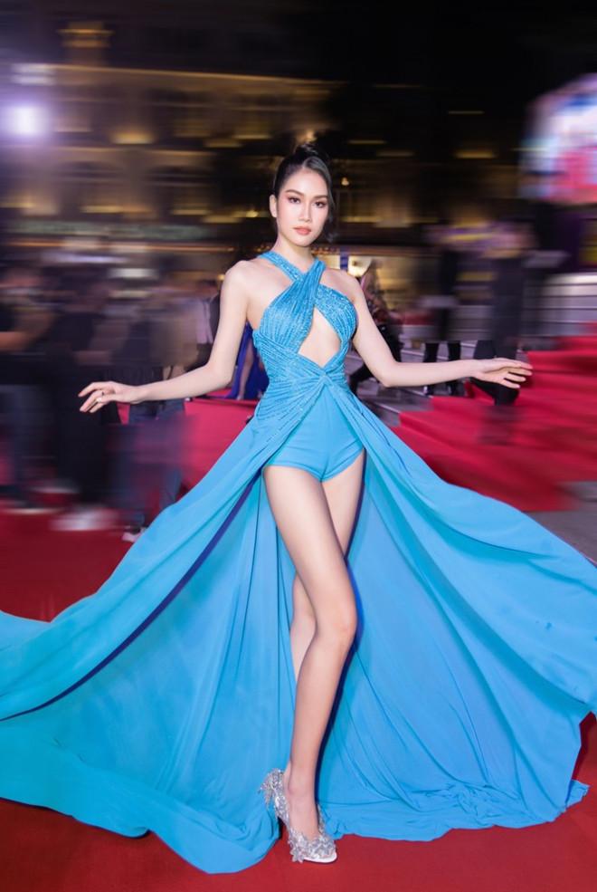 """Hoa hậu Đỗ Thị Hà, Tiểu Vy và Lương Thùy Linh lại có màn đọ sắc """"cực gắt"""" trên thảm đỏ"""