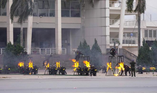Cận cảnh diễn tập chống khủng bố bảo vệ nguyên thủ, bảo vệ Đại hội Đảng XIII - 14