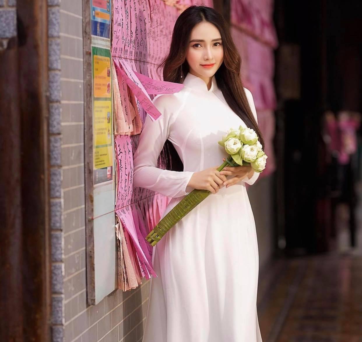 Người đẹp Việt mặc áo dài mỏng tang như tờ giấy đến chốn trang nghiêm gây bức xúc - 6