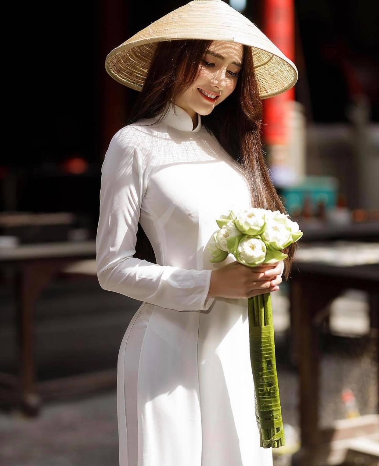 Người đẹp Việt mặc áo dài mỏng tang như tờ giấy đến chốn trang nghiêm gây bức xúc - 3