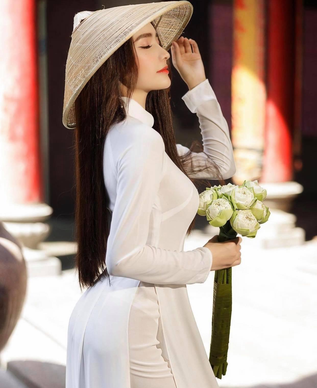 Người đẹp Việt mặc áo dài mỏng tang như tờ giấy đến chốn trang nghiêm gây bức xúc - 4