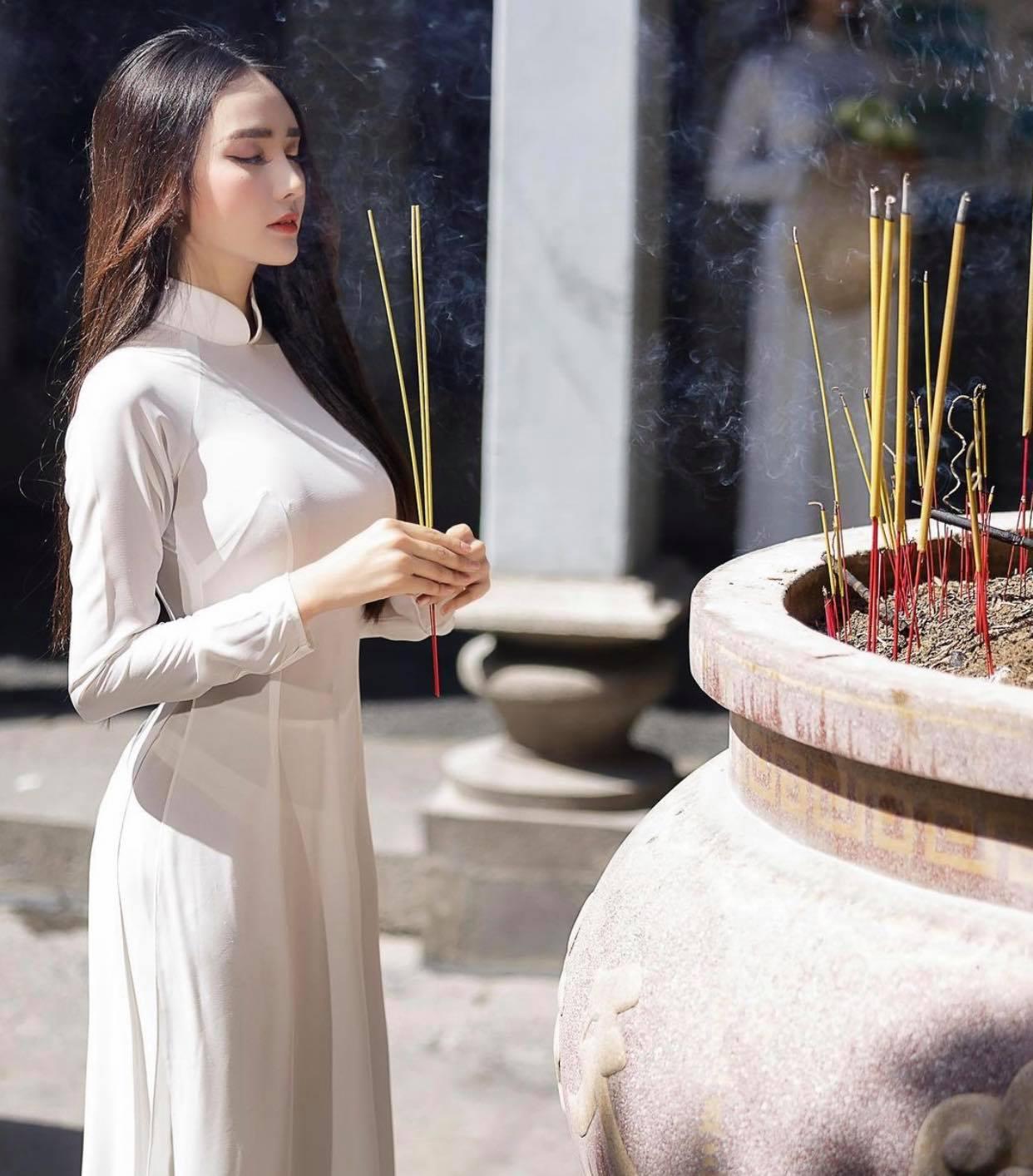 Người đẹp Việt mặc áo dài mỏng tang như tờ giấy đến chốn trang nghiêm gây bức xúc - 2