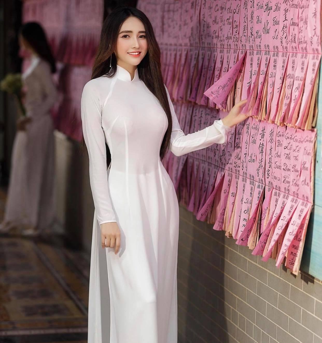 Người đẹp Việt mặc áo dài mỏng tang như tờ giấy đến chốn trang nghiêm gây bức xúc - 9