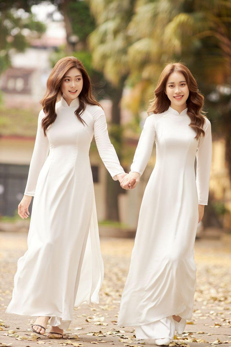 Người đẹp Việt mặc áo dài mỏng tang như tờ giấy đến chốn trang nghiêm gây bức xúc - 1