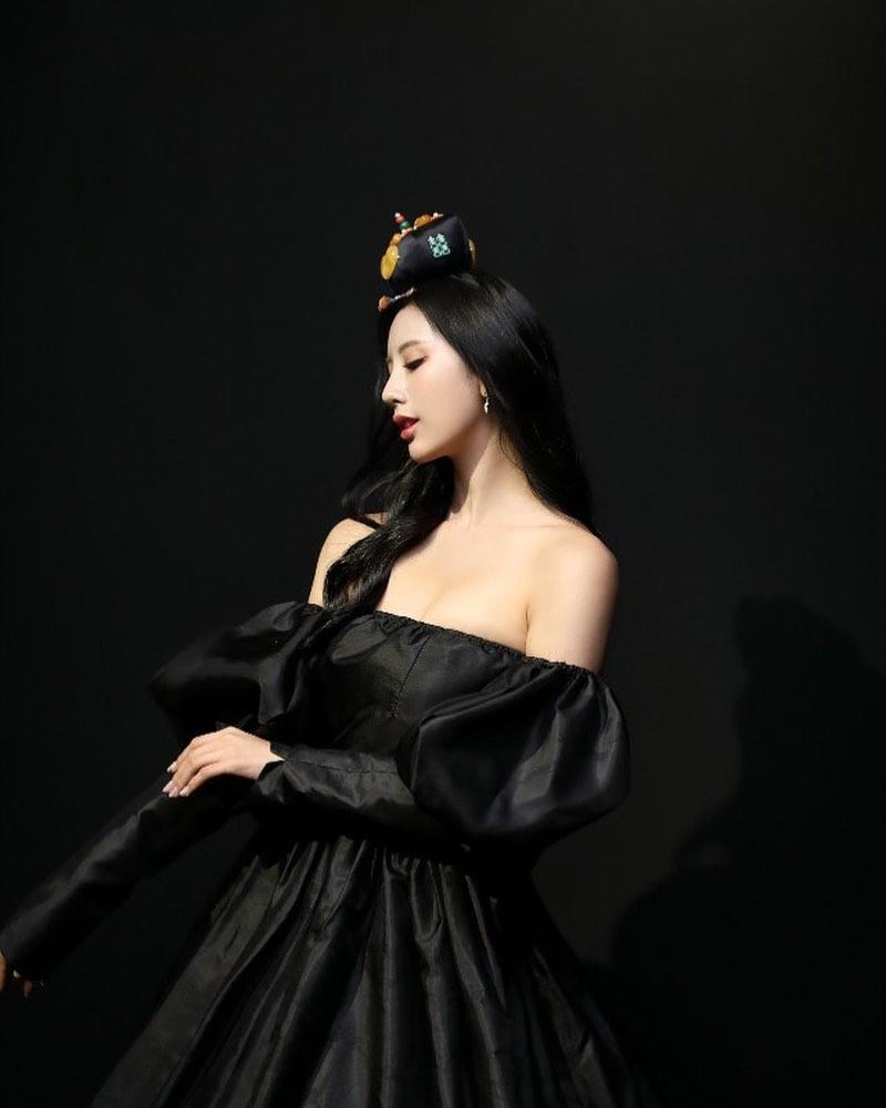 """Tân á hậu Hàn Quốc mặc hanbok hở nửa ngực nhưng không bị """"ném đá"""" - hình ảnh 1"""