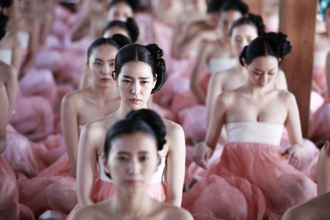 """Tân á hậu Hàn Quốc mặc hanbok hở nửa ngực nhưng không bị """"ném đá"""" - hình ảnh 5"""