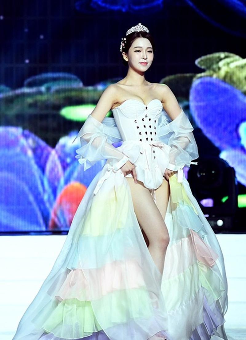 """Tân á hậu Hàn Quốc mặc hanbok hở nửa ngực nhưng không bị """"ném đá"""" - hình ảnh 3"""