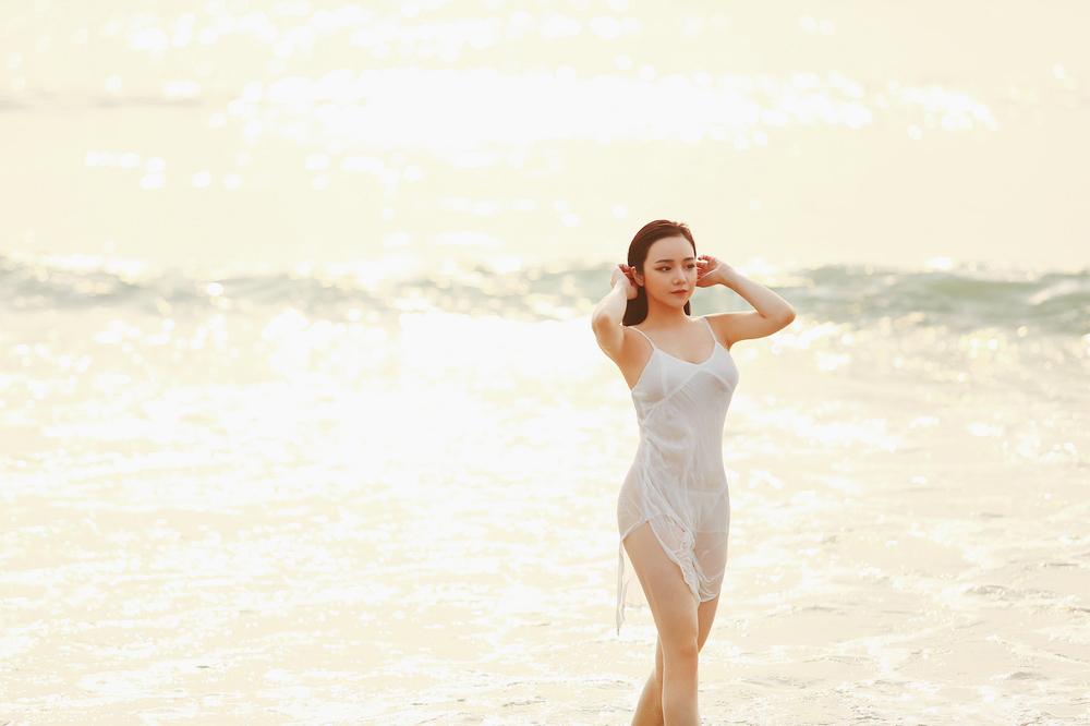 """Mặc váy """"phòng the"""" mỏng như lá lúa đi biển, đạp xe… mỹ nhân Việt gây tranh cãi - hình ảnh 5"""