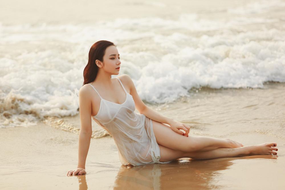 """Mặc váy """"phòng the"""" mỏng như lá lúa đi biển, đạp xe... mỹ nhân Việt gây tranh cãi"""