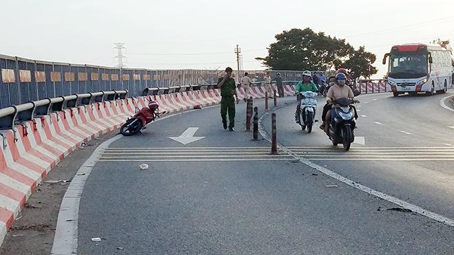 """3 thanh niên bất động trên dốc cầu vượt """"tử thần"""" ở Sài Gòn - hình ảnh 2"""