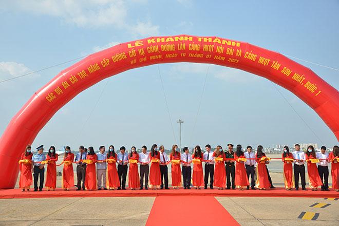 Chuyến bay đầu tiên hạ cánh xuống đường băng 2.000 tỷ đồng ở sân bay Tân Sơn Nhất - hình ảnh 1