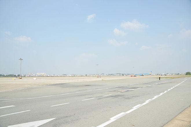 Chuyến bay đầu tiên hạ cánh xuống đường băng 2.000 tỷ đồng ở sân bay Tân Sơn Nhất - hình ảnh 2