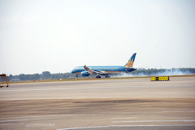 Chuyến bay đầu tiên hạ cánh xuống đường băng 2.000 tỷ đồng ở sân bay Tân Sơn Nhất - hình ảnh 3