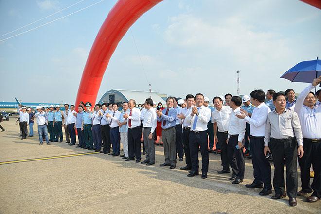 Chuyến bay đầu tiên hạ cánh xuống đường băng 2.000 tỷ đồng ở sân bay Tân Sơn Nhất - hình ảnh 4