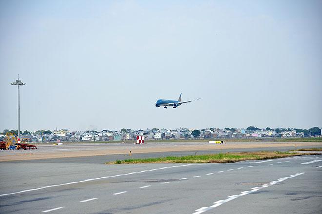 Chuyến bay đầu tiên hạ cánh xuống đường băng 2.000 tỷ đồng ở sân bay Tân Sơn Nhất - hình ảnh 5