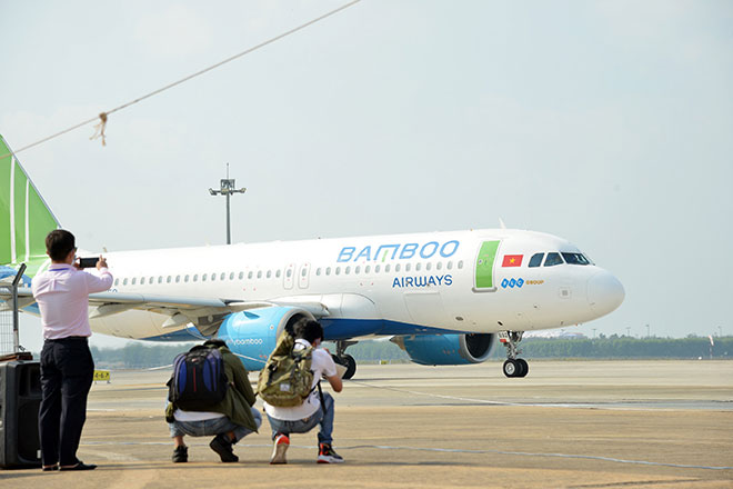 Chuyến bay đầu tiên hạ cánh xuống đường băng 2.000 tỷ đồng ở sân bay Tân Sơn Nhất - hình ảnh 7