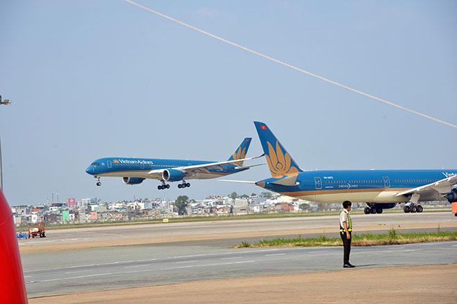 Chuyến bay đầu tiên hạ cánh xuống đường băng 2.000 tỷ đồng ở sân bay Tân Sơn Nhất - hình ảnh 9