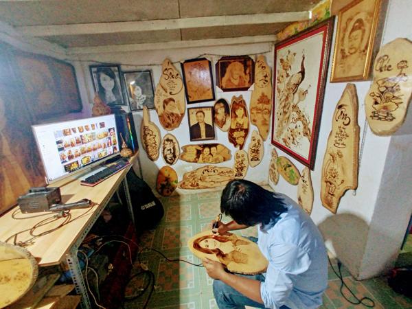 Kỳ lạ: Người đàn ông này lấy lửa để vẽ tranh, bán hàng triệu đồng mỗi bức - 1