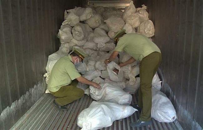 Bắt giữ hơn 16 tấn thịt gia cầm ôi thiu đang chờ tiêu thụ - 1