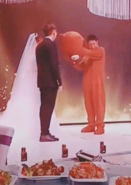 Cô dâu bật khóc ôm người yêu cũ trên sân khấu, chú rể đứng vỗ tay - hình ảnh 2