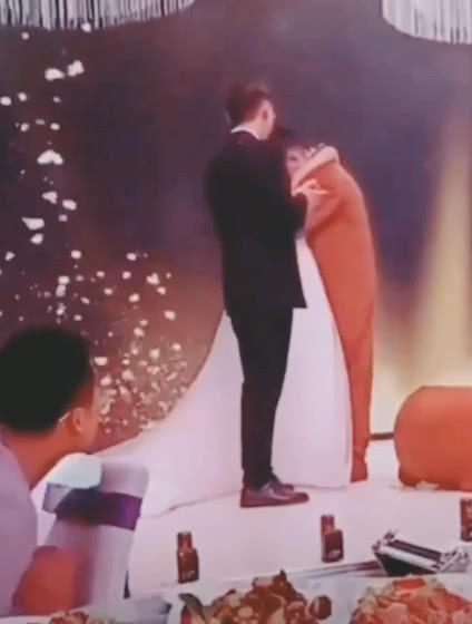 Cô dâu bật khóc ôm người yêu cũ trên sân khấu, chú rể đứng vỗ tay - hình ảnh 3