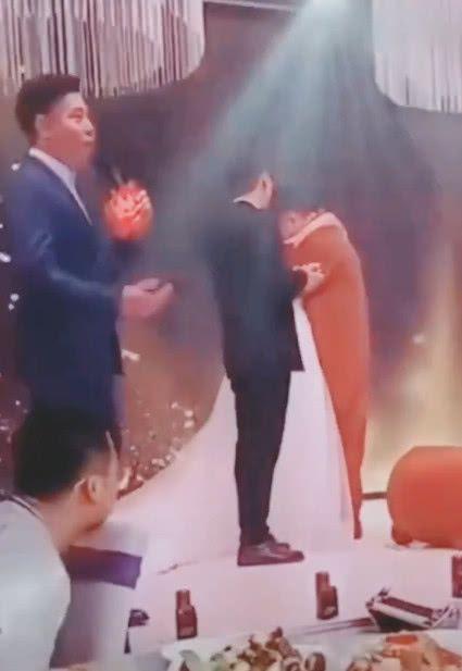 Cô dâu bật khóc ôm người yêu cũ trên sân khấu, chú rể đứng vỗ tay - hình ảnh 4