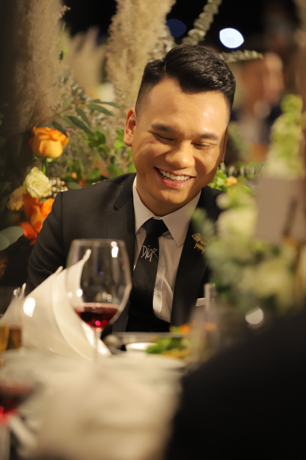 Chi Dân hát trong đám cưới Bùi Tiến Dũng, chú rể liền có ngay màn ngẫu hứng bất ngờ - 8