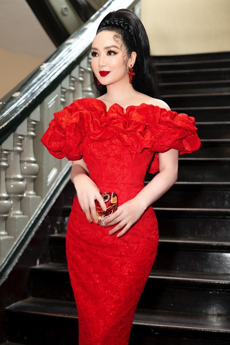 """Lệ Quyên diện đầm đỏ rực, kim cương lấp lánh trên thảm đỏ thời trang """"Hừng Đông"""" - hình ảnh 8"""