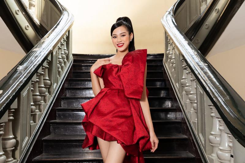 """Lệ Quyên diện đầm đỏ rực, kim cương lấp lánh trên thảm đỏ thời trang """"Hừng Đông"""" - hình ảnh 2"""
