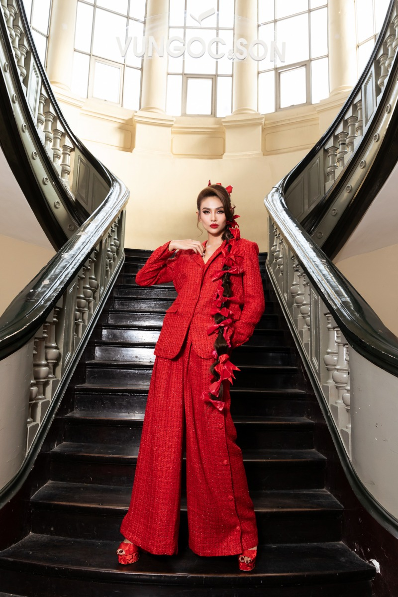 """Lệ Quyên diện đầm đỏ rực, kim cương lấp lánh trên thảm đỏ thời trang """"Hừng Đông"""" - hình ảnh 3"""