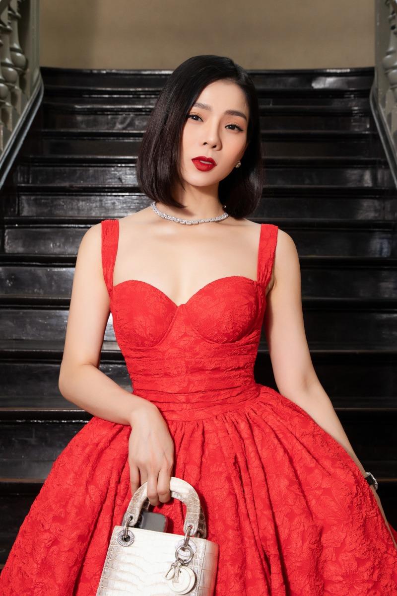 """Lệ Quyên diện đầm đỏ rực, kim cương lấp lánh trên thảm đỏ thời trang """"Hừng Đông"""" - hình ảnh 1"""