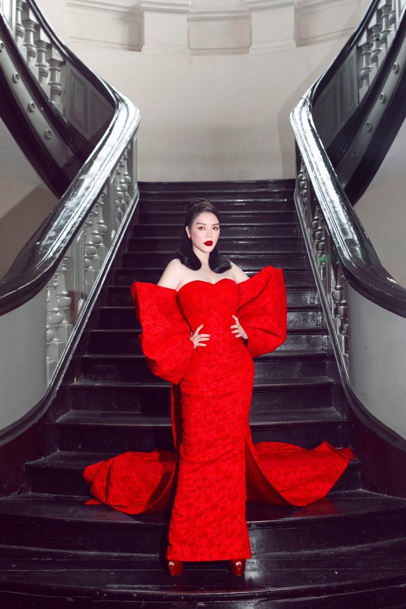 """Lệ Quyên diện đầm đỏ rực, kim cương lấp lánh trên thảm đỏ thời trang """"Hừng Đông"""" - hình ảnh 7"""