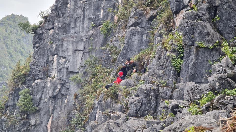 """Phút giây sinh tử của du khách rơi xuống khe đá khi leo ra mỏm đá """"tử thần"""" chụp ảnh - hình ảnh 2"""