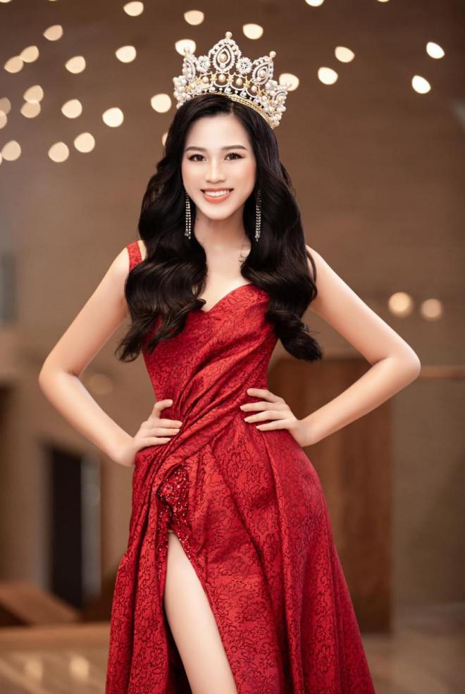Hoa hậu Đỗ Thị Hà thần thái gợi cảm, quyền lực trong bộ đầm đỏ xẻ cao
