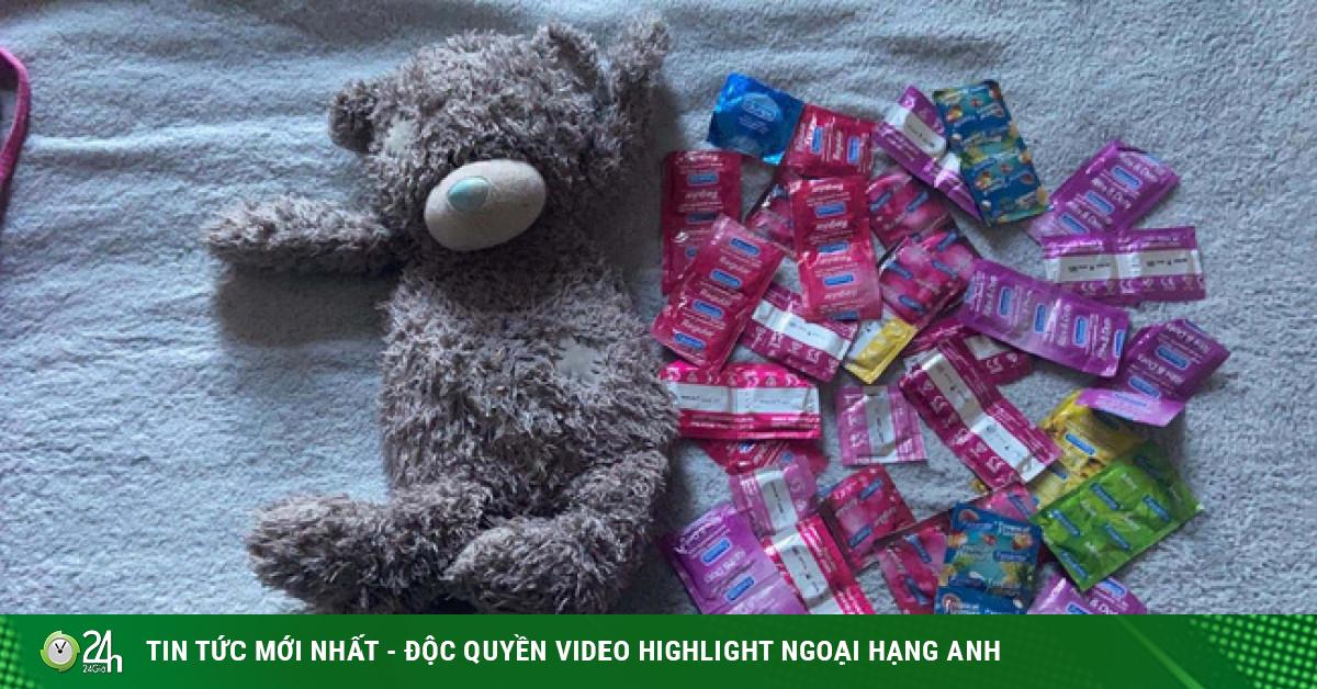 Cô gái đỏ mặt tía tai khi mẹ tìm thấy vật giấu kín trong gấu bông từ 10 năm trước