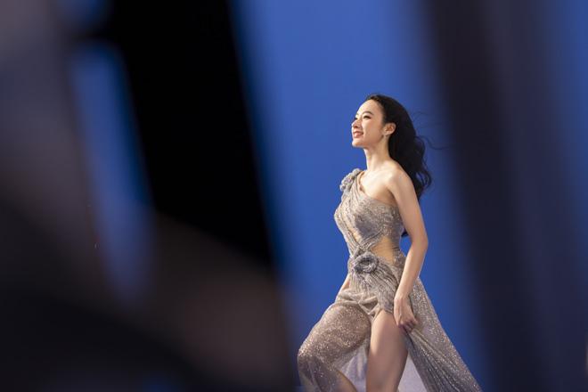 Angela Phương Trinh mặc áo yếm, ngực lấp ló khoe khí chất nữ thần - hình ảnh 4