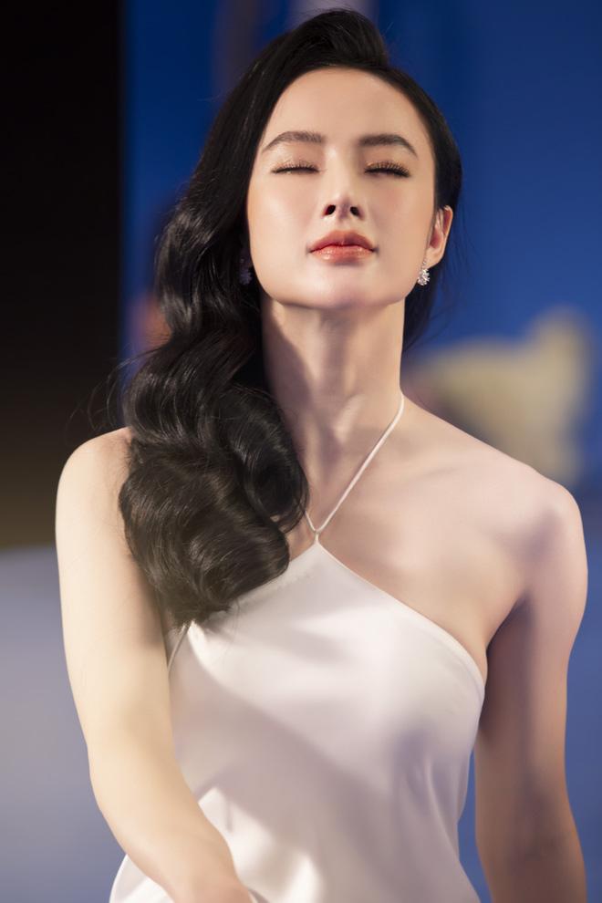 Angela Phương Trinh mặc áo yếm, ngực lấp ló khoe khí chất nữ thần - hình ảnh 1