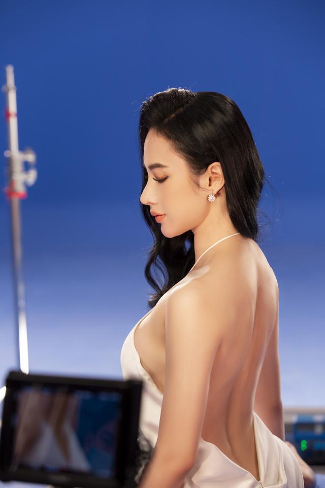 Angela Phương Trinh mặc áo yếm, ngực lấp ló khoe khí chất nữ thần - hình ảnh 6