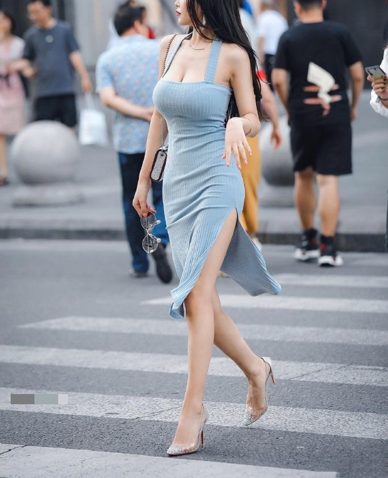 """Mặc chiếc váy khoe thân hình nảy nở như nữ thần, cô gái trẻ """"đốt cháy"""" phố phường - 2"""