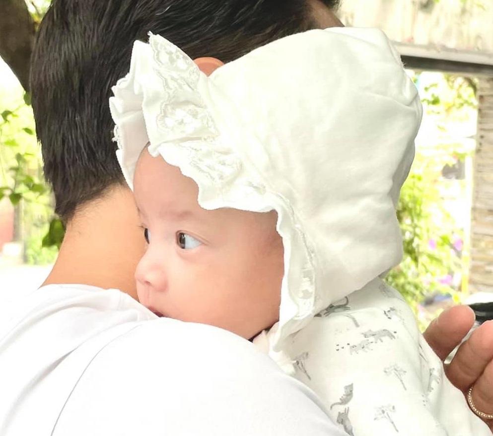 Hà Hồ và ông xã giàu có ôm hôn nhau liên tục giữa chốn đông người - hình ảnh 5