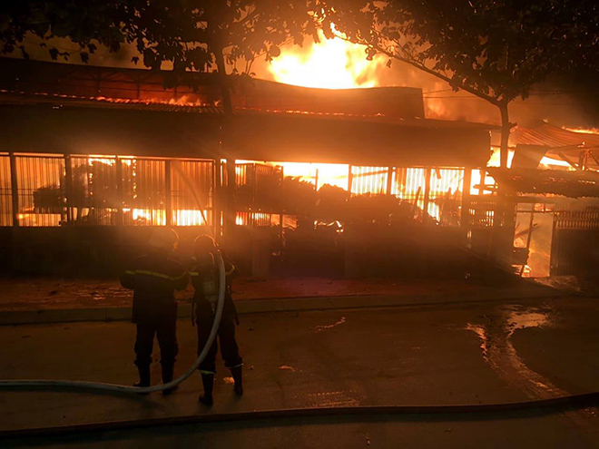 Xưởng gỗ ở Sài Gòn đang cháy dữ dội, lửa lan sang nhiều phòng trọ - 1
